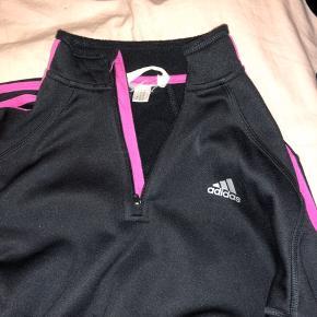 Langærmet Adidas med lilla/pink streger. God stand, str. s