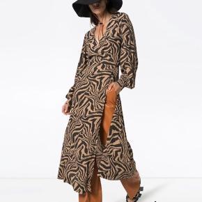 Sælger denne smukke ganni kjole i en str. 34, helt ny med prismærke🌸 Mp: 1000