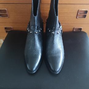 Super fede støvler med råt look. Har æsken.