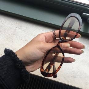 """Fede """"blogger briller"""". Ikke de bedste solbriller til sol, men rigtig gode som accessorie til en fed æstetik og billeder🌸 Send gerne en besked, hvis du er interesseret eller vil have fler' billeder. Fortsat god dag☺️☀️  Røgfrit hjem✅  OBS: Jeg har meget mere til salg i samme dur på min side. Tag et kig. Hvis der er mere du kan lide, så kan det komme med i samme parcel, så du kun behøver at betale fragt én gang. - jeg mødes også gerne, hvis det er✨"""