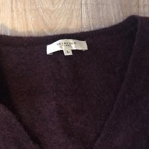Rigtig lækker strik. Brystmål 2 x 60 cm. Længde 65 cm  Brugt to gange og luftet, er ikke blevet vasket.