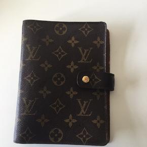 Louis Vuitton MEDIUM RING AGENDA COVER Er brugt men pæn👍den har lidt hvide prikker se billede og lidt slid indeni se billeder👍eller BYD...indhold følger med som vises på billede    14.0 x 18.5 x 3.0 cm  (Length x Height x Width)