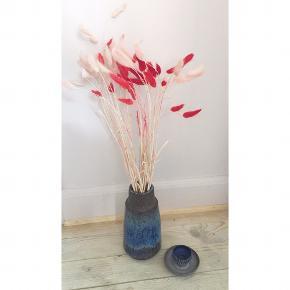 Den smukkeste Michael Andersen vase fra Bornholm keramik. Stemplet med de tre fisk og er vase nr. 6138. En blanding af ru overflad og marmoreret blå glasur. Ca. 18 cm høj.
