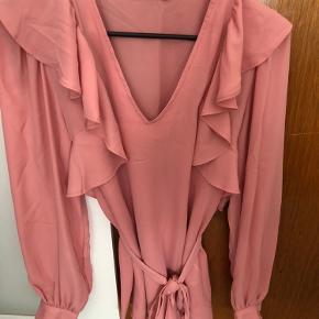 Lyserød skjorte med bindebælte. Brugt én gang, fejler intet. Fremstår som ny.