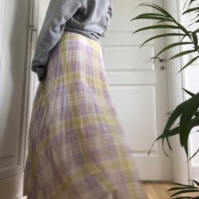 Super flot luftig nederdel i pastel farve. Tegn på slid, af et mindre cykel uheld (oile pletter). Skriv gerne for mere info❤️