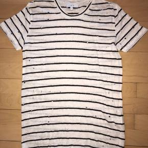 Lækker t-shirt fra IRO. Model: MINA Størrelse: small (passer også en medium) Materiale: hør (distressed med huller) Farve: hvid (creme) og sort. Nypris: jeg mener, at den kostede kr. 950,-  Fremstår, som ny.