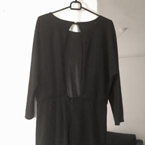 Kjole fra Zara med flagermus-ærmer og åben på ryggen.