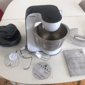 Sælger denne super fine Bosch mum54A00 røremaskine/køkkenmaskine. Den er købt i april 2020, jeg har kvittering. Den sælges udelukkende da jeg fik en anden af min svigerfar. Den er utroligt god og TÆNK testvinder. Alt originalt medfølger, selv æsken.  Jeg kan muligvis levere den. Kommer fra røgfrit hjem. :-)  INFO: Bosch MUM5 StartLine MUM54A00 er en kraftfuld køkkenmaskine, der kan hjælpe med adskillige opgaver i køkkenet.  Funktioner: Køkkenmaskinen har 7 hastighedsindstillinger. Derfor kan du nemt tilpasse ydelsen efter ingredienserne.  Skål: Skålen i rustfrit stål har en kapacitet på 3,9 liter, hvilket giver god plads til alle slags ingredienser.  3D planetarisk mixing: Få effektivitet i mixingen takket være den planetariske mixing. Piskeriset bevæger sig i forskellige retninger og omkring sin egen akse, mens skålen står stille.  Enkelt brug: Den multifunktionelle arm sikrer, at du nemt og hurtigt kan skifte redskaberne ved et enkelt tryk på en knap.  Sikkerhed: Køkkenmaskinen har gummifødder, som sikrer, at den står stabilt under brug. Desuden starter den først, når alle dele er indsat korrekt. Praktisk og tryg.  Inkluderet: - Skål i rustfrit stål - Dejkrog - Groft piskeris - Fint piskeris - Tilbehørspose
