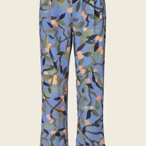 Sælger de smukkeste Stine Goya bukser  Ubrugte så helt perfekt stand Tjek min side ud, jeg sælger matchende bluse til Str xs men store i str.  Hele sættet købes = rabat Kom gerne med bud