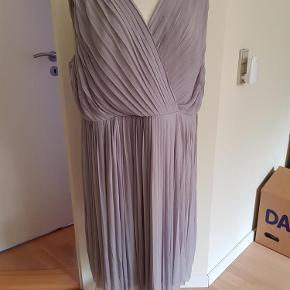 Brand: Lovedrobe Varetype: kjole Størrelse: 20 Farve: Grå med med lilla undertone  Ny kjole med mærke