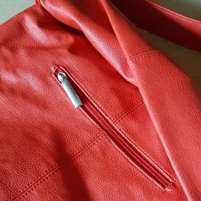 Flot taske fra ZWEI - en skuldertaske hvor remmen kan forlænges yderligere. Under ombukket foroven er der en hemmelig lynlåslomme (sikkerhed). Der er en pung og karabinhage i stropper så man f.eks. kan fange nøglen selvom er røget ned i bunden. Derudover er der flere lommer i foret i tasken. Mål (målt udenpå tasken) Længde: 39 cm Bredde: 40 cm Bunden, bredde: ca. 16 cm