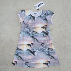 Varetype: Kjole Størrelse: 92/98 Oprindelig købspris: 399 kr.  Rigtig sød kjole fra Molo, som aldrig har været brugt - mærket sidder stadig i.  Størrelsen hedder 92/98.  Bud fra 190 kr. pp.  Jeg bytter ikke, men handler gerne via Mobilepay :-)