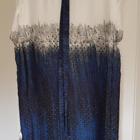 Kjole i fint stof med binde bånd til taljen. Længde 83 cm.