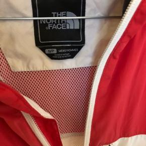 The north face jakke str s.  Har lidt pletter på ærmet og sælges derfor meget billigt