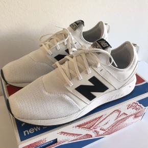 Helt nye og ubrugte lækre Sneakers.  Skoene ligger i den originale kasse som medfølger. Nypris 700,00.  Str 44,5.  28,5 CM.
