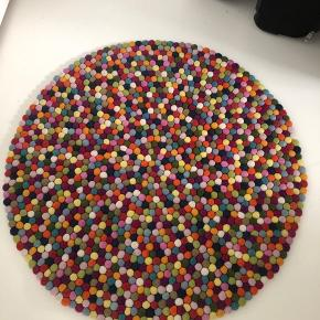 Hay pinocchio tæppe med en diameter på 90cm. Nypris 1400kr. Fortsat i pæn stand.