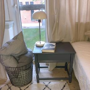 Super fint og charmerende sengebord med en lille skuffe sælges grundet flytning