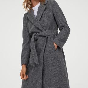 Fin frakke med bindebælte. Sælges da jeg ikke får den brugt. Den er brugt 2 gange og som ny