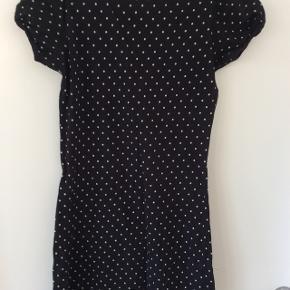 Fin sort kjole med hvide prikker.