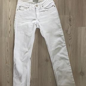 ACNE jeans  - Hvid - Str. 27/34, men svarer til en 34/xs - En gammel model, men de er næsten ikke brugt  Skriv gerne for flere billeder! Jeg er åben for alle bud🌸🌸