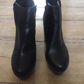 Flotte plateau støvler fra River Island    Næsten som nye med fin detalte på hælen. lynlås i siden.  afhentning eller mødes i KBH eller sendes med DAO  sorte støvler plateau hæle heels flot fest hverdag