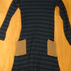 Blåstribet kjole med lommerBrugt meget, men i god stand Np= Ca 200kr Mp = 100-75kr