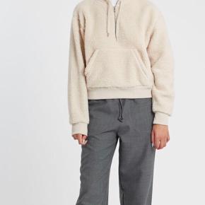 Pris er inkl fragt  Mega dejlig hoodie fra Wood Wood ☺️ Min er meget oversize, passer nok også en L Er uden fejl eller mangler, men har tegn på brug 💜  For tyver item solgt, sørger jeg for at gøre handlen CO2 neutral 🌳🌍 - tilbyder mængde rabat