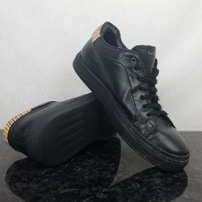 Detaljer:   Brand: Paul Smith   Model: U046   Størrelse: 41   Materiale: Læder   Farve: Sort     Forsendelse:  For køb på 200 kr. og over er der gratis forsendelse.     Hvis du er på udkig efter sko, så skal du være mere end velkommen til at tage et kig på min lille skohylde og se om der er det fodtøj du står og mangler.
