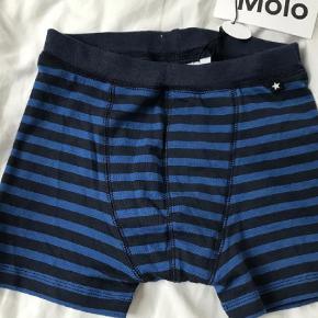 Varetype: Undertøj Farve: Blå  Nye stribede boxershorts som min søn ikke fik brugt, str 134/140. Stadig med mærke.   Mp 70pp