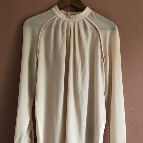InWear Skjorte, Næsten som ny. Rødovre - Smuk sjortebluse fra InWear, brugt to gange. Modellen hedder Piper Top og er str 38. Det er 100% polyester og den måler 66 cm fra skulder til nederste kant samt ca 52 cm (x2) over brystet. InWear Skjorte, Rødovre. Næsten som ny, Brugt og vasket et par gan