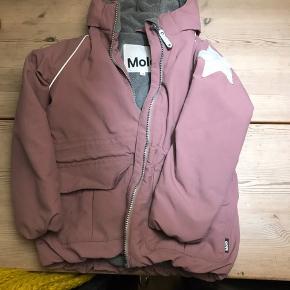 Lækker vinterjakke fra Molo brugt 2 sæsoner. Har lidt pletter foran på lommen- disse er ikke forsøgt fjernet. Fra røg og dyrefrit hjem