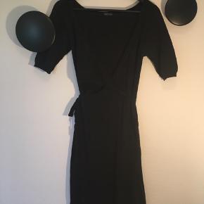 Dejlig sort cardigan slå-om-kjole fra Stella Nova!  Str.: S 100% bomuld Vaskes ved 30 grader  Få rabat ved køb af flere varer!
