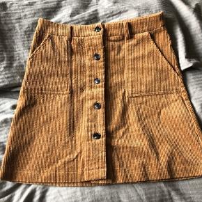 Helt ny nederdel - stadig med prismærke.  Sælges da den er lidt for stor i livet 😊