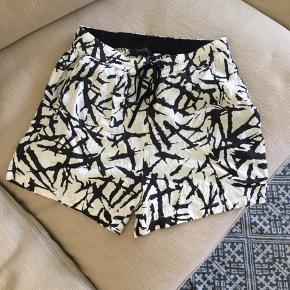 Mønstrede shorts fra Selected. Syningen på den ene snor, er gået op i enden( se billede). Ellers er de næsten ikke brugt.  Kan afhentes i Århus eller Vejle, eller sendes med DAO:)