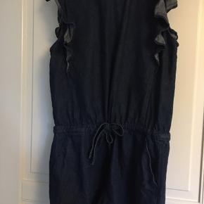Kort buksedragt med flæser ved ærmet og bindebånd i taljen.