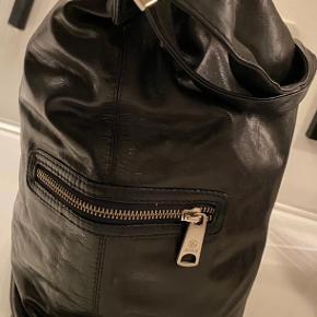 36 højde  Bund 29/13 cm  Lynlåslomme på begge sider og lynlåslomme inde i tasken.  Ingen skader. Lyse pletter på foto er grundet læder er blank og lyset på tasken.
