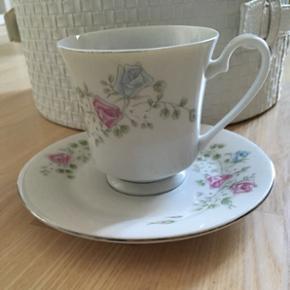 Porcelæn kaffe stel med blomster.   11 underkopper og 9 kopper.