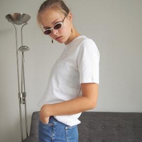 Girls support girls lyserød tekst på hvid T-shirt. Fejler intet Kan sendes for 33 kr eller hentes ved DR byen metrostation.