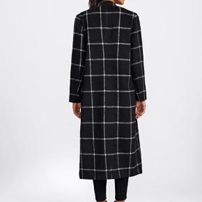 Smuk frakke i str. L. Kun overgangsfrakke, da stoffet er tyndt i det. Ingen lukning af frakken. Utrolig flot.   Obs!  Har syet en knap i foran, så den kan lukkes. Se billede i kommentar.