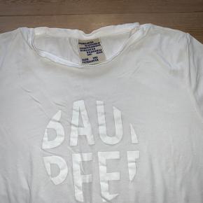 Blød viskose oversize t-shirt.  Den er brugt men i super stand uden pletter.  Den har ligget i en taske, derfor ser den krøllet ud.  🌸 Jeg bytter ikke
