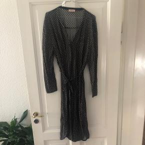 Meget velholdt smuk kjole fra Custommade. Fejler intet. Nypris 1699kr. Fast pris.