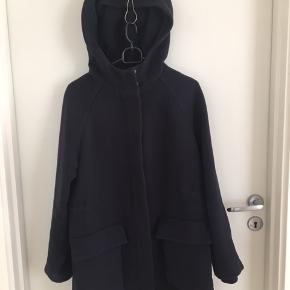 Navy uldfrakke fra COS str. 36 sælges for 500 kr ny pris var 1600 kr