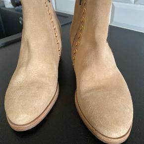 Lækker Bilibi støvle med indvendig hæl.  Aldrig brugt.