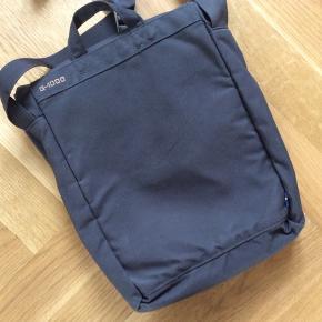 Taske, som kun er brugt to gange. Det, som ligner pletter, er vand fra at tørre støvet af den 🤗🤪 fejler intet. Længde 33 cm. Bredde 25 cm.
