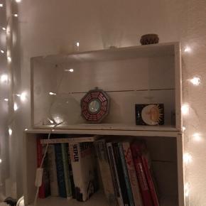 Fine hvide bogkasser der kan bruges på alle mulige måder. Sælges udelukkende grundet flytning. Prisen er for dem begge samlet 😊 til salg flere steder.  🌍 Skal afhentes hurtigst muligt på Nørrebro