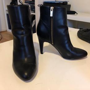 Høje (ægte)læder støvler fra H&M. Nypris var 400 kr :)