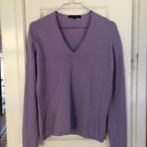 """Smuk vintage Cashmere bluse købt i Studio Travel Str er angivet """"48"""", men svarer til en S/M.  Den er brugt meget lidt og er i meget god stand."""