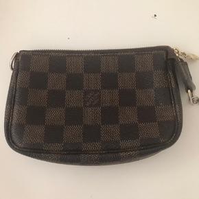 Lille fin taske med naturligt slid. Jeg har ikke kvittering på den, men datokoden er DU5019, hvilket betyder, at den er lavet i Frankrig i 2009 i uge 51.