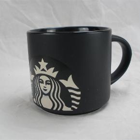 Brand: Starbucks Varetype: Stort Samler Krus Størrelse: 9 x 10 Farve: Sort  Flot stort samlerkrus fra Starbucks.  Kruset måler 9 cm i højden og har en diameter på 10 cm.  Det er i flot stand uden skader.  Kan sendes for 40 kroner.  Ingen byttehandel tak.