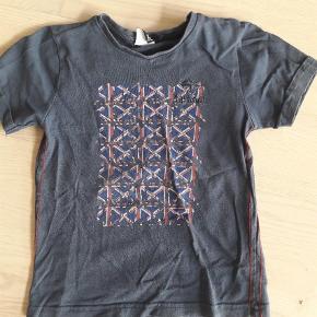 Varetype: T-shirt Farve: Blå  Sælges billigt - alt skal væk